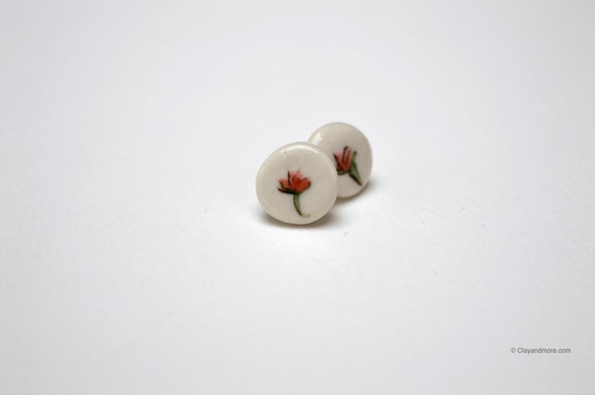 Handgemaakte oorbel uit porselein met handgeschilderde roze bloemen roos
