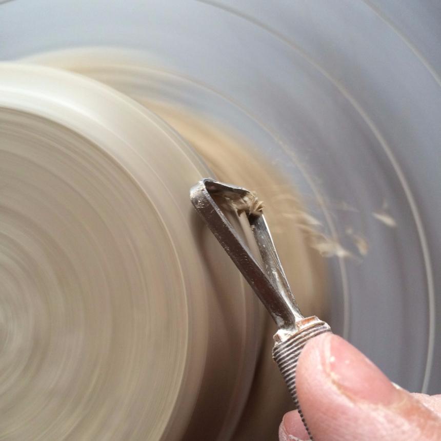 Afdraaien keramieken tas - Trimming clay pot wheeltrowing