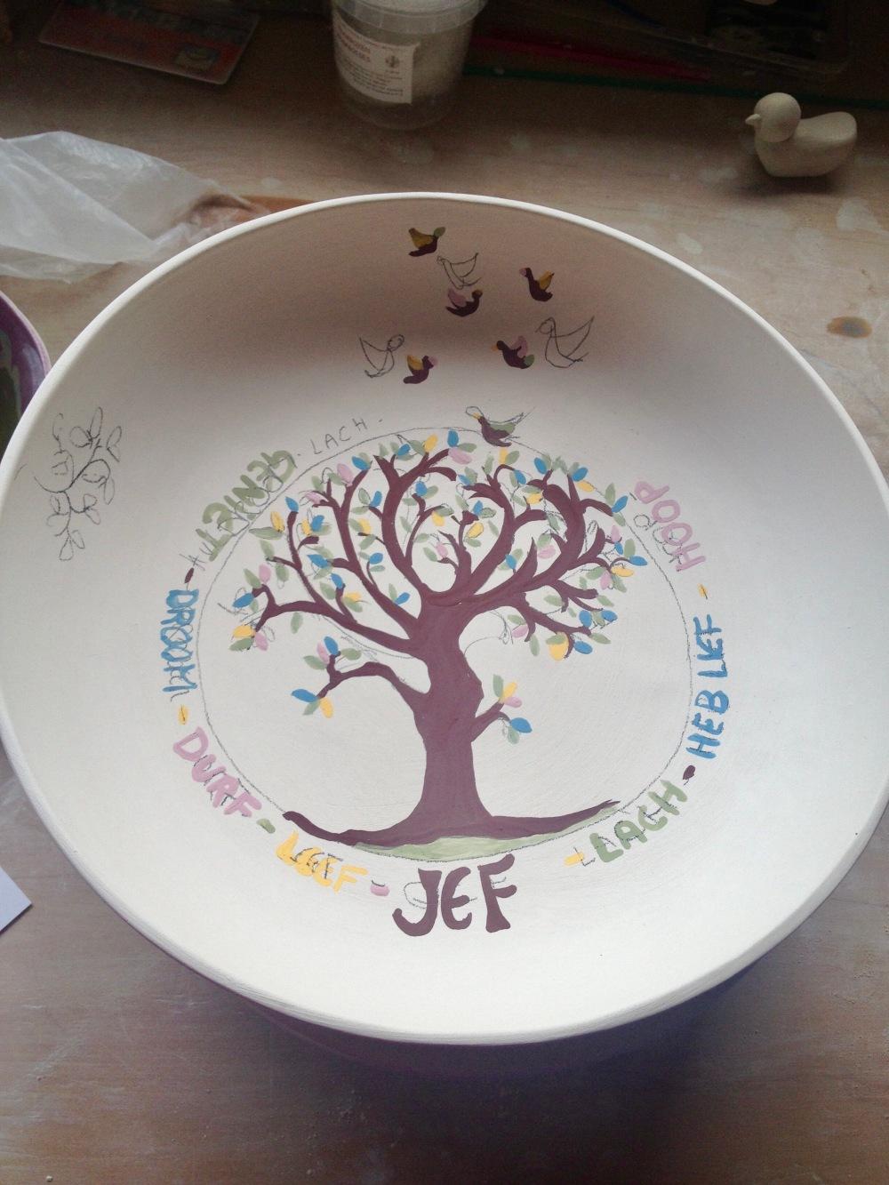 schilderen van een handgemaakt gepersonaliseerd keramiek bord met een wensboom als kraamcadeau of geboortegeschenk. Personalised plate as gift for newborn.