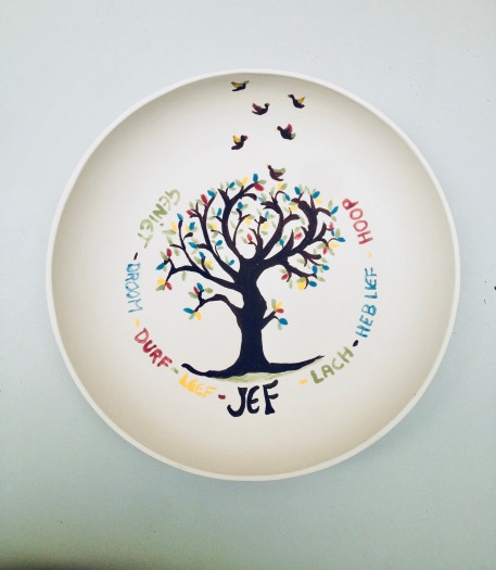 een handgemaakt gepersonaliseerd keramiek bord met een wensboom als kraamcadeau of geboortegeschenk. Personalised plate as gift for newborn.